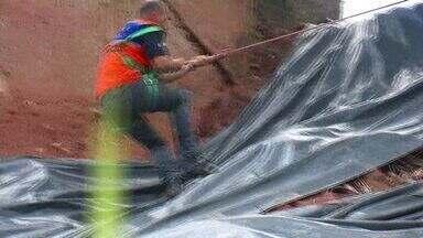 Defesa Civil faz vistoria na Grande Vitória, ES, para evitar novos estragos após chuva - Casa que desabou em Vitória estava interditada, mas os moradores não saíram. Para prevenir novos estragos, a Defesa Civil fez uma vistoria nos bairros de Vitória e Cariacica.