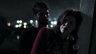 Edu revela a Ana que é o assassino em série - Vera passa perto de pegar o criminoso