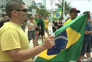 Em Balneário Camboriú, grupo faz protesto pelo impeachment de Dilma Rousseff - A manifestação foi organizada pelas redes sociais. Mais de 12 mil pessoas confirmaram presença, mas menos de 100 participaram.