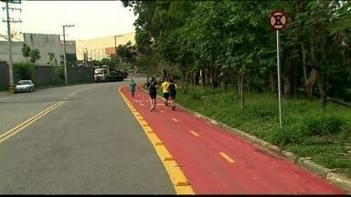 Prefeitura faz ciclovia em avenida sem calçada na Zona Norte da capital - A falta de calçada impede a circulação de pedestres nas na Avenida Amador Aguiar, mas a Prefeitura separou um espaço para ciclistas e pintou uma ciclovia no local.