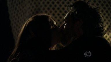 Isis e Zé têm tórrida noite de amor em uma tenda no Monte Roraima - Ele garante que vai amar a namorada para sempre