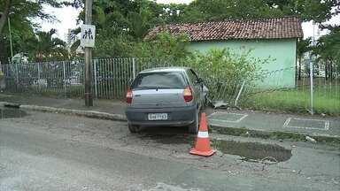 Carro derruba parte de grade em Olinda - Acidente ocorreu na Avenida Carlos de Lima Cavalcanti.