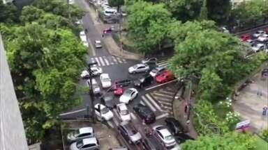 Falta de fiscalização provoca engarrafamento no trânsito da Zona Norte - Motoristas denunciam falta de agentes na Jaqueira.