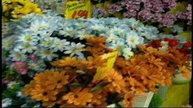 Dia de Finados aumenta venda de flores e velas em Uruguaiana, RS - Assista ao vídeo.