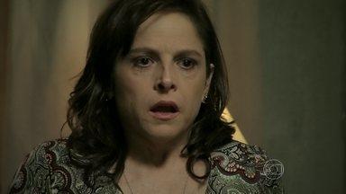 Cora vê Eliane no quarto - Ela se assusta com o que vê