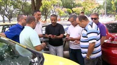 Motoristas de táxi do Rio usam rede de mensagens no celular para fugir de bandidos - Em todo o país, motoristas de táxi vivem uma rotina de medo por causa dos assaltos. Na cidade do Rio de Janeiro, os condutores se organizam em grupos nas redes sociais e trocam mensagens de alerta quando encontram possíveis situações de risco.