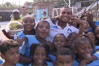 Nadador Allan do Carmo participa de lançamento de projeto social em Salvador - Ele recebeu carinho das crianças presentes no evento.