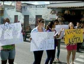 Pais e alunos de colégio de Campos, RJ, fazem manifestação - Pais e alunos de colégio de Campos, RJ, fazem manifestação.
