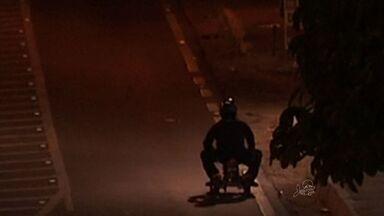 Homem improvisa motoneta em miniatura e circula pela BR - Veículo é impróprio para o local.