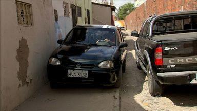Obra no Bairro Cajazeiras desvia carros para ruas com pouco espaço para pedestres e feira - Prefeitura diz que obra está 95% concluída.