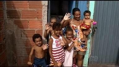 Casal que morava com seis filhos em carro consegue emprego e aluga casa - Além do 1º aluguel pago, família recebeu doações de alimentos e roupas. Pai conseguiu emprego em uma distribuidora de bebidas de Rio Verde.