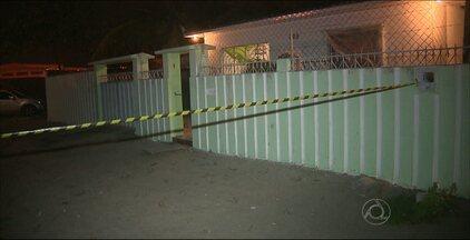 Família encontra um homem morto no quintal de casa, em Santa Rita - O corpo não foi identificado, mas, segundo a Polícia, a vítima estaria fugindo de bandidos.