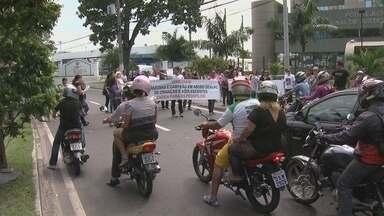 Protesto em Manaus pede celeridade em julgamentos de casos de pedofilia - Manifestantes pedem julgamento de prefeito afastado Adail Pinheiro.'São 40 casos de pedofilia do Amazonas', afirma Conselho.