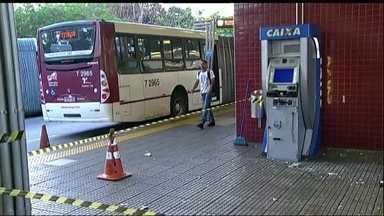Ladrões usam ônibus para bloquear via e atacar caixa eletrônico em SP - Criminosos usaram um ônibus na madrugada desta quarta-feira (19) para bloquear a Estrada do M'Boi Mirim, na Zona Sul de São Paulo, e tentar roubar um caixa eletrônico que fica dentro do Terminal Guarapiranga. Testemunhas contaram que dois homens colocaram explosivos em caixa. Apenas a tampa do equipamento caiu com a explosão e o cofre permaneceu intacto. Os ladrões fugiram sem levar nada.