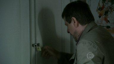 Reginaldo arromba o armário de Jairo - Jurema e Reginaldo parecem não acreditar no que vêem