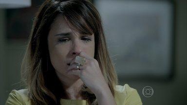 Danielle chora ao se lembrar da conversa com Érika - Sem perceber que é observada por Amanda, ela chora