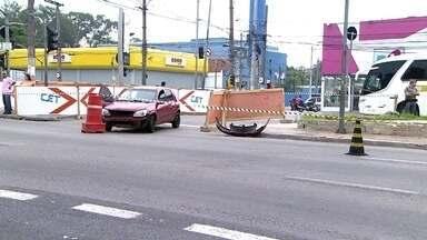 Homem é baleado em avenida da região do Centro da capital - O homem baleado estava encostado no carro na Avenida Cruzeiro do Sul. Uma das faixas da avenida ficou interditada até a retirada do veículo.