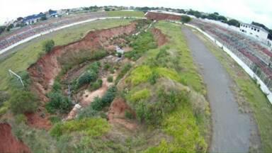 Um dos destaques do Paraná TV é a situação da cratera do poliesportivo de Umuarama - Agora há mais uma expectativa de solução para esse problema. Vamos mostrar também as reclamações dos moradores de Cianorte com relação à saúde. Eles dizem que falta atendimento.