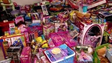 Voluntários preparam festas com presentes e apresentação de coral para crianças carentes - A organização do 'Natal dos Sonhos' é da arquidiocese de São Paulo. As pastorais do menor e várias escolas recebem as doações de brinquedos e preparam as atrações para o grande show.