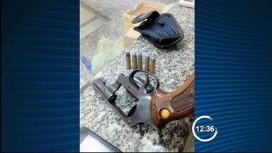 Três são presos por tráfico de drogas em Guaratinguetá, SP - Flagrante aconteceu após investigações da Dise no bairro Campo Galvão. Com suspeitos foram apreendidas porções de drogas.