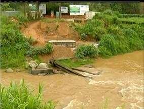 Moradores de Teresópolis, RJ, reclamam de atraso na construção de uma ponte - Moradores de Teresópolis, RJ, reclamam de atraso na construção de uma ponte.