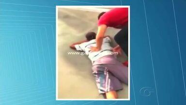 """Polícia investiga suposto assalto que teve vídeo publicado na internet - Gravação repercutiu devido a humilhação a que a vítima foi submetida. Na internet, uma pessoa a ligada aos jovens diz que foi uma """"brincadeira""""."""