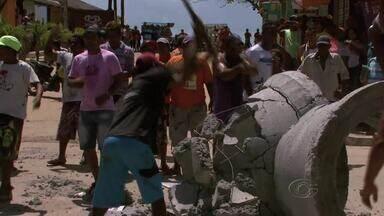 Ambulantes protestam após bloqueio de acesso à Praia do Francês - Manilhas de concreto foram colocadas para barrar carrinhos de ambulantes. Secretário de Meio Ambiente de Marechal Deodoro, Alder Flores, se comprometeu em oferecer um local para que os ambulantes possam guardar seus carrinhos.