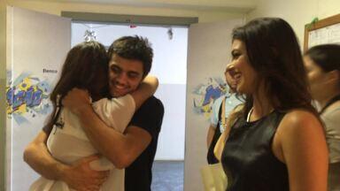 Bruna conhecendo Felipe Simas - Bruna, a visitante do Projac, emocionada ao conhecer Felipe Simas!
