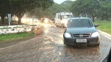 Chuva forte causa estragos em regiões do DF - A chuva abriu um buraco no teto do Píer 21 e formou uma cascata no local. Na Asa Norte, a enxurrada alagou ruas do Eixinho.