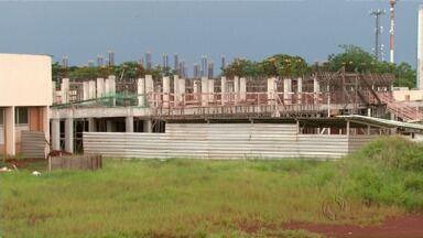 Funcionários e estudantes da UEM sofrem com problemas no campus de Maringá - Um estudo feito recentemente mostra que existem aproximadamente 50 obras paradas