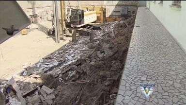 Moradores começaram a voltar para casa após queda de muro - Queda de muro matou um operário e atingiu um prédio no Canal 5