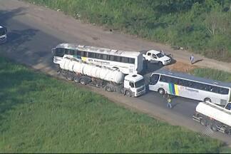 Veja o giro de notícias desta terça-feira (25) - Entre os assuntos do giro está uma manifestação que parou a BA-523, na região metropolitana de Salvador.