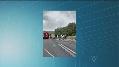 Acidente com veículo deixa drogas espalhadas pela pista - Acidente aconteceu na Rodovia Régis Bittencourt