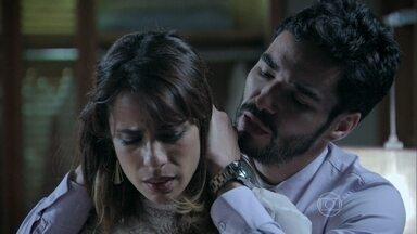 José Pedro consola Danielle - Ela fica surpresa com o perdão do marido