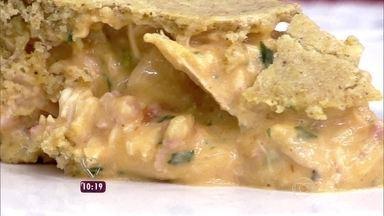 Torta de farofa - Ana Maria ensina a fazer torta com massa de farofa pronta e recheio de frango com linguiça