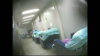 RJTV mostra a situação de pacientes em mais dois hospitais públicos do Rio - Por falta de quarto no Hospital Federal de Bonsucesso, pacientes internados estão em macas nos corredores. Alguns estão sentados em cadeiras. No Hospital Municipal Lourenço Jorge, na Barra da Tijuca, muitas pessoas também estão pelos corredores.