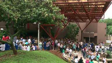 Servidores municipais fazem greve em Umuarama - Hoje mais de 300 servidores participaram de uma manifestação em frente à prefeitura da cidade. Cerca de 110 mil pessoas vão ficar sem coleta de lixo.