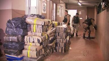 Polícia Militar apreende mais de duas toneladas de maconha em Foz - A droga estava escondida em duas vans e em uma carreta.