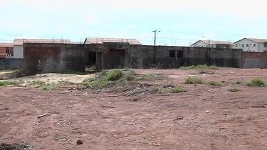 Obra para construção de Cais está abandonada em Goiânia - Moradores do Jardim Cerrado afirmam que paralisação já dura mais de oito meses e agora moradores de rua estão usando o local.