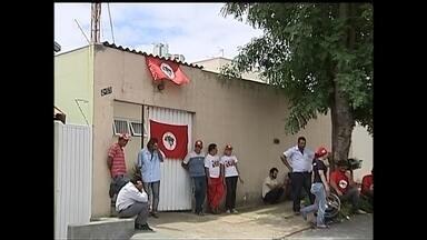 Integrantes do MST invadem escritório do Incra em Bauru pela terceira vez neste ano - Os integrantes do Movimento de Trabalhadores Rurais Sem Terra (MST) invadiram nesta quarta-feira o escritório de Assistência Técnica do Incra. Essa é a terceira vez que um grupo invade o local neste ano.