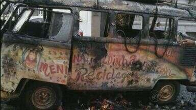 Perua Kombi pega fogo no Centro de Jaboticabal, SP - Veículo era usado para transportar materiais recicláveis.