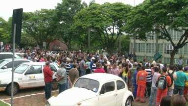 Servidores públicos de Umuarama decidem manter a paralisação nesta quinta-feira - Uma comissão dos servidores teve uma reunião com a prefeitura na tarde desta quarta-feira (03), mas não houve acordo.