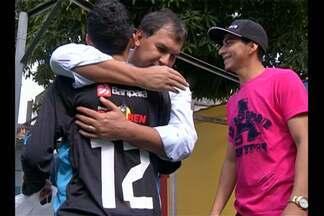 Jovem que vive em abrigo recebe visita de bicolores - Presidente e jogador do Paysandu presentearam o jovem torcedor com a camisa do clube.