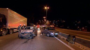 Três carros se envolvem em acidente no Anel Rodoviário, em Belo Horizonte - Batida foi no sentido Vitória, na altura do bairro Dom Cabral.