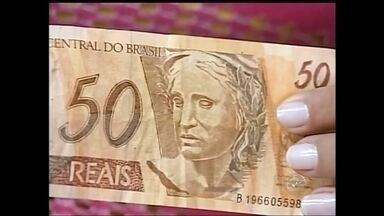 Circulação de dinheiro falso preocupa comerciantes em Paraguaçu Paulista - Comerciantes de Paraguaçu Paulista estão tomando prejuízo com a circulação de dinheiro falsificado na cidade. A pena para quem pratica esse tipo de crime pode chegar a 12 anos de prisão.