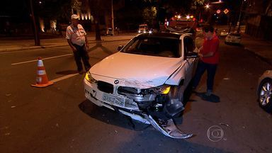 Motorista com carro de luxo bate em outros veículos na Região Centro-Sul de Belo Horizonte - Batida foi na Avenida do Contorno, no bairro Lourdes.