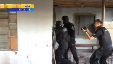 Polícia realiza operação contra grupo que roubava e extorquia motoristas - São cumpridos 55 mandados de busca e apreensão e 27 de prisão.