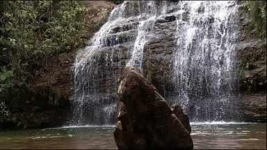 Água volta a escorrer em cachoeiras em parque de Caldas Novas - Há alguns meses as cachoeiras estavam praticamente secas.