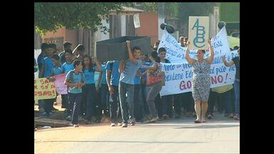 Manifestação tem cortejo fúnebre simbólico de escola em Santarém - Alunos levavam réplica de pequeno caixão com iniciais do nome da escola. Escola Belo de Carvalho não tem estrutura nem condições de higiene.