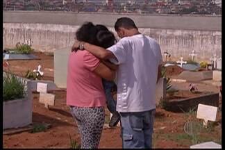 Duas vítimas de decapitação são enterradas em Mogi das Cruzes - Jonathan Lopes de Santana, de 23 anos, é o suspeito pela autoria de seis decapitações no Alto Tietê e de causar ferimentos em três pessoas.